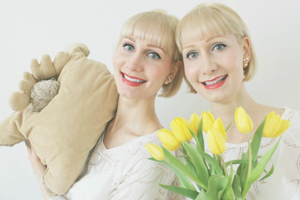 Super Twins Annalena und Magdalena mit ihrem Super-Elch