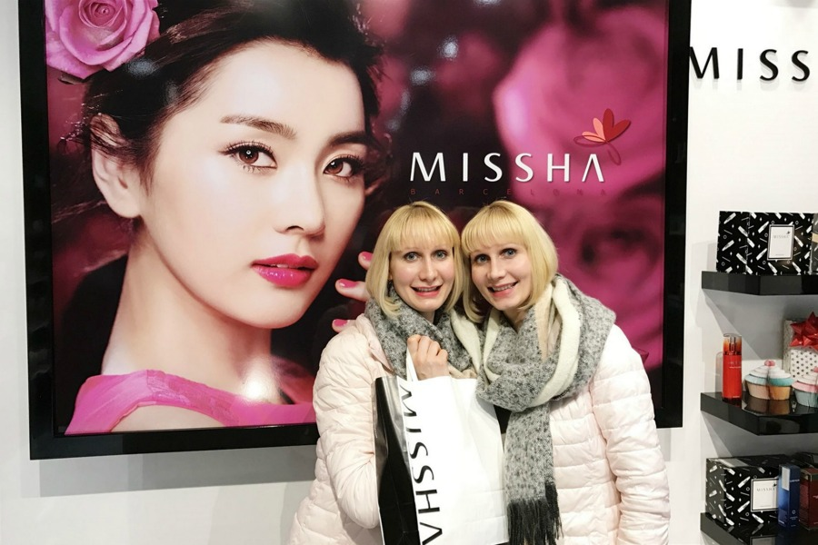 Super Twins Annalena und Magdalena im Missha Shop in Barcelona