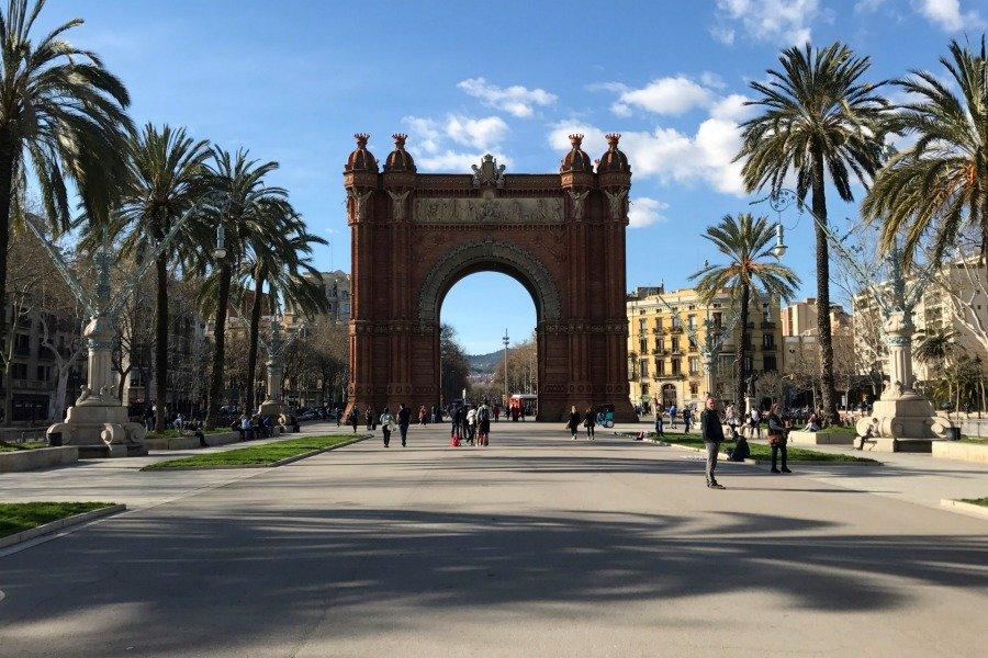 Barcelona Sightseeing Tipps, Barcelona was man sehen muss, Barcelona Sehenswürdigkeiten Liste, Arc de Triomf Barcelona, Super Twins Barcelona, Super Twins Annalena und Magdalena