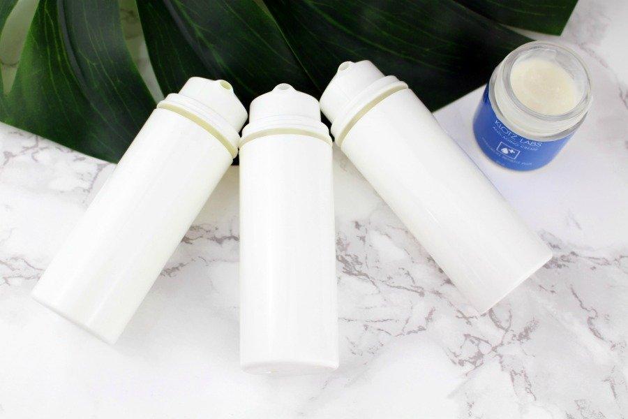 Haltbarkeit von Kosmetikprodukten, MHD Zeichen Kosmetik, Haltbarkeit Kosmetik Symbol, Kosmetik Verfallsdatum Haltbarkeit, wie lange ist Kosmetik ungeöffnet haltbar, wie lange ist Kosmetik haltbar, wie lange sind Kosmetikproben haltbar, wie lange muss Kosmetik haltbar sein, wie lange sind Kosmetikartikel haltbar, Haltbarkeit Kosmetik prüfen, Haltbarkeit von geöffneten Cremes, Creme aus Tiegel umfüllen, Airless Spender Kosmetik, Beauty Blog Zwillinge, Super Twins Blog, Super Twins Annalena und Magdalena