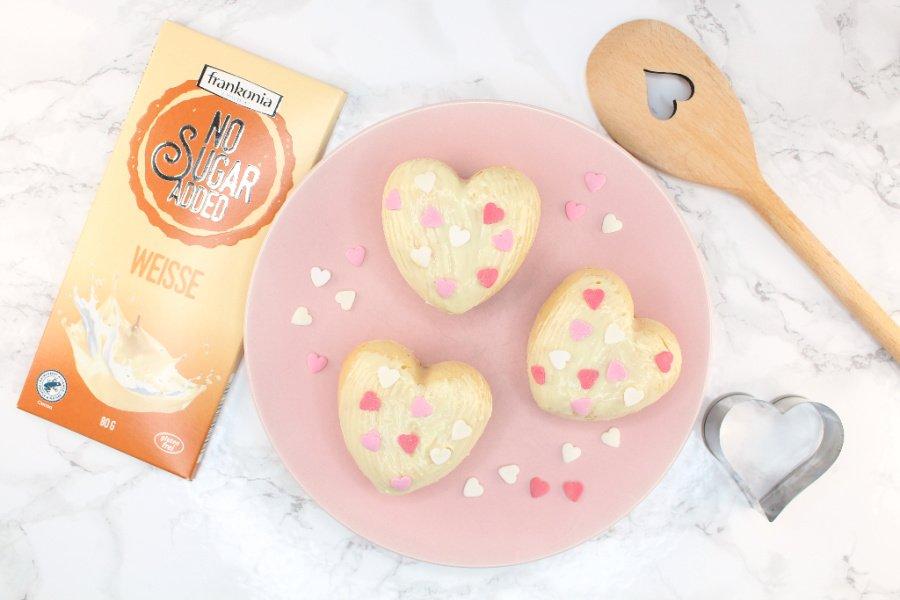 Himbeer Muffins ohne Zucker, Low Carb Himbeer Muffins, Himbeer Muffins mit weißer Schokolade, zuckerfreie weiße Schokoglasur, Super Twins Annalena und Magdalena
