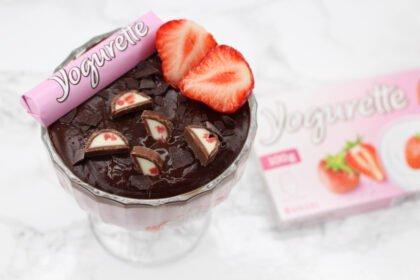 Schlanker Sommergenuss: Low Carb Yogurette Bowl mit Schokoschicht